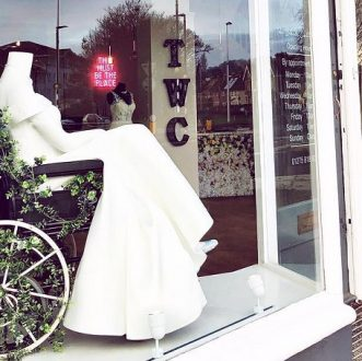 loja-de-vestido-de-noivas-coloca-na-vitrine-manequim-em-cadeira-de-rodas