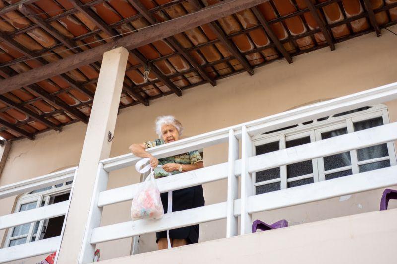 Idosa usa varanda e corda para ajudar pessoas carentes
