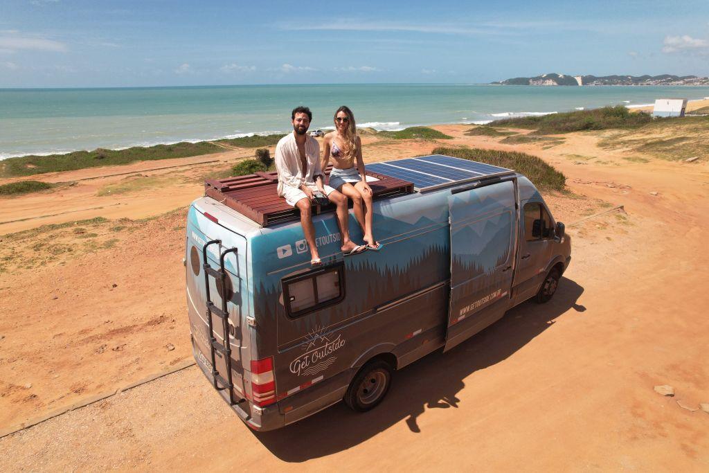 Casal brasileiro larga carreira para viajar de motorhome