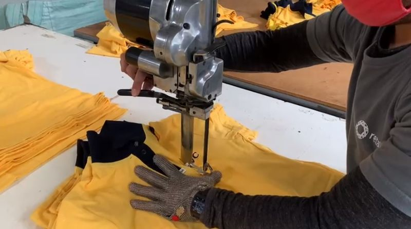 Empresa transforma uniformes antigos em cobertores para doação